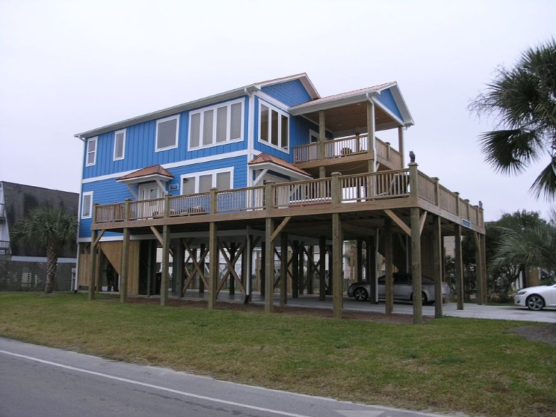 Unique Carolina Beach House - Built-in Outdoor Hot Tub -Tremendous Outdoor Decks, Ferienwohnung in Carolina Beach