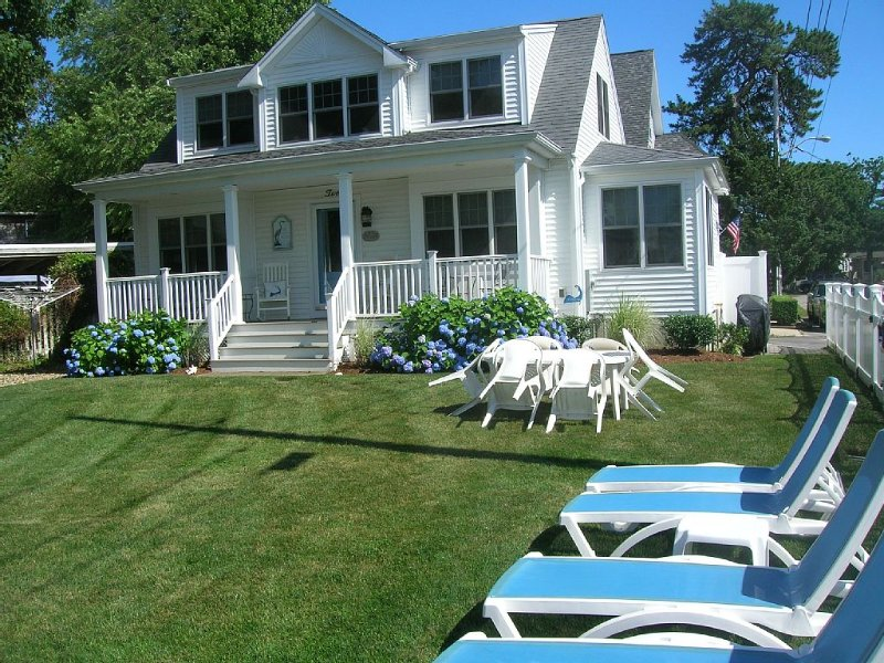 Stunning  Newer Cape Cottage Overlooks Broad Cove in Onset, location de vacances à Buzzards Bay