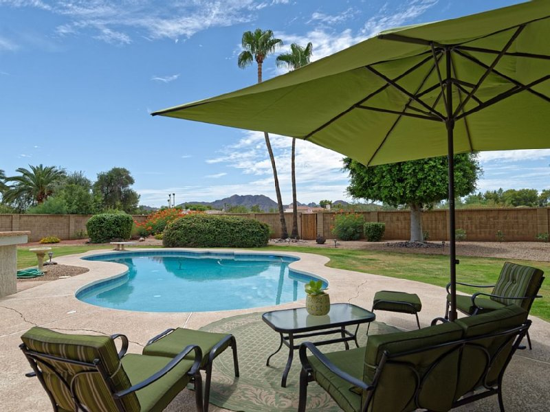 Stunning 3 Bdrm/2 Ba Home w/Mountain Views, Pool in Resort Like Private Backyard, vacation rental in Paradise Valley