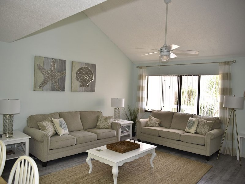 Gorgeous Townhome Only One Block From The Beach And 1 Hr To Orlando Attractions!, Ferienwohnung in Cape Canaveral