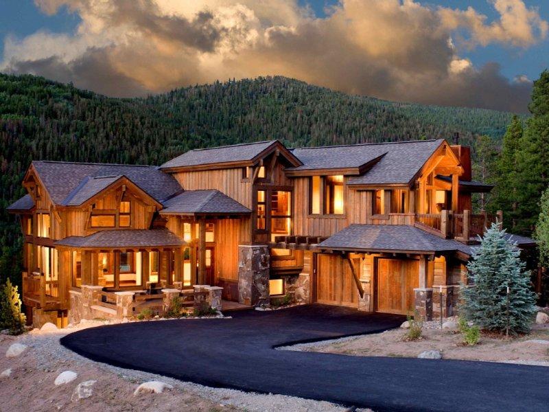 Mountain retreat just a few yards away from free ski shuttle
