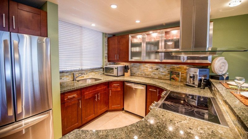 THIS WILL WOW YOU!! **COMFORTABLE REMODEL** 'DIRECT OCEAN FRONT & AMAZING VIEWS', Ferienwohnung in Wailuku