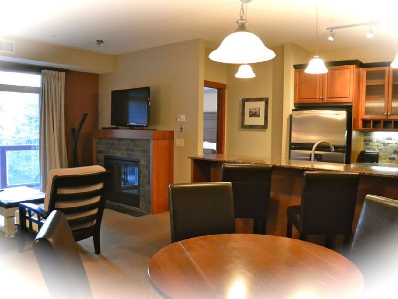 Enjoy ODR Hot Tubs & POOL * Fully Equipped UV Sanitized 2BR2BA Hotel Condo, alquiler de vacaciones en Kananaskis Country