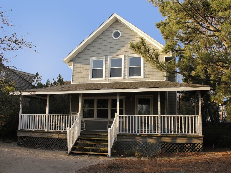 Cozy Classic Beach Cottage, vacation rental in Norfolk