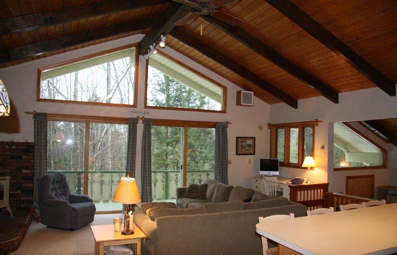 Quiet mountain getaway,  Updated 3 BR Chalet. Great reviews! WIFI&cell reception, aluguéis de temporada em Bartlett