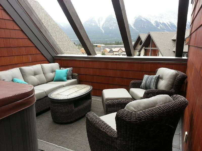 Mountain Luxury in a Penthouse Condo with Private Rooftop Hot Tub, location de vacances à Les Rocheuses canadiennes