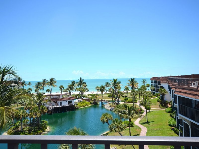 BEACH FRONT 3BDRM. PENTHOUSE w PRIVATE ROOFTOP DECK,  ENJOY SUNSETS/SUNRISES, vacation rental in Sanibel Island