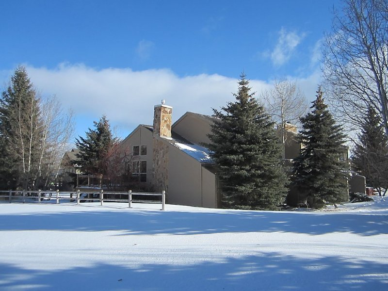 Luxury Townhouse with Mountain Views & Private Hot Tub, holiday rental in Park City