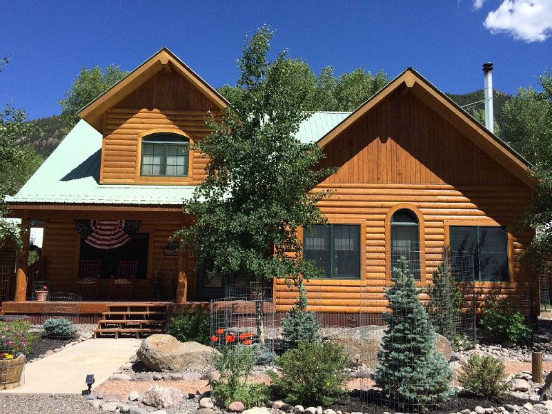 RIVERFRONT LOG CABIN, IMMACULATE, BEAUTIFULLY FURNISHED, BLOCKS FROM TOWN!, casa vacanza a Lake City