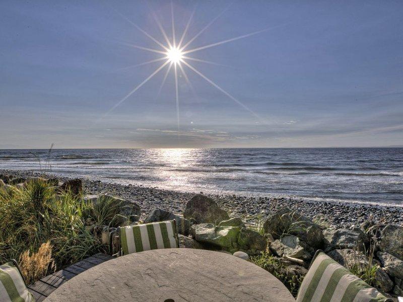 Oceanfront Beach House with Private Hot Tub & Wi-Fi at Luna Shores, location de vacances à Oak Harbor