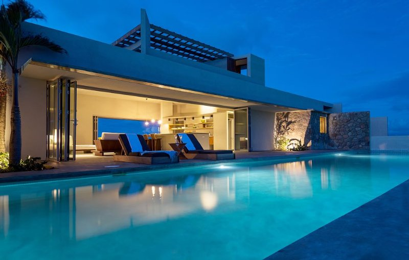 Modern Oceanfront Home with Pool, Private Tennis Court and Outdoor Showers, alquiler de vacaciones en Sta. Lucía