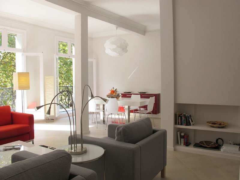 Narbonne Centre - Bright, quiet, overlooking canal & park, Ferienwohnung in Narbonne