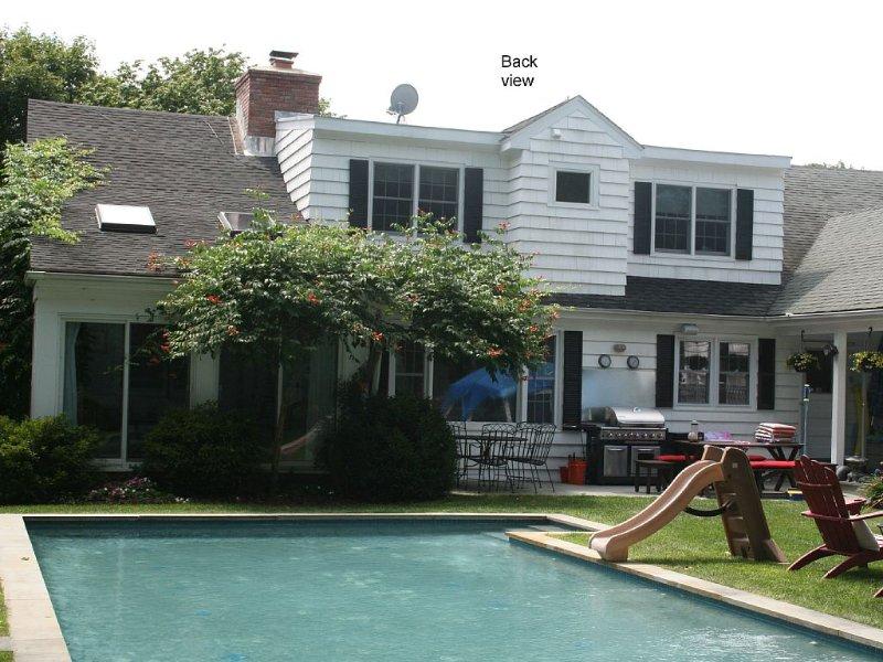 Location, Location! Beautiful Family Home Centrally Located To Beach & Village, location de vacances à Mastic Beach