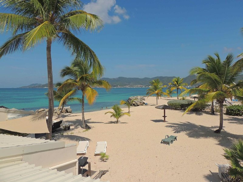 Luxury Beachfront Condo On The Beach And Tropical Garden – semesterbostad i St Marteen/St. Martin