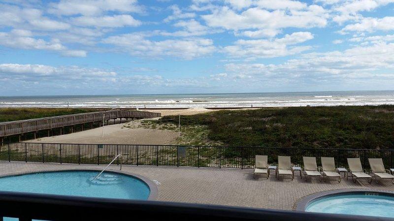 Ocean Front Condo with Gorgeous Ocean Views from Master and Living, location de vacances à Île de South Padre