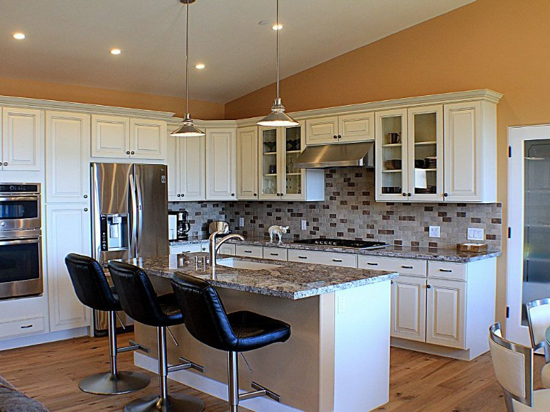 Well equipped gourmet kitchen with high end appliances!