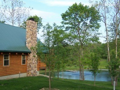 Secluded Deluxe Log Cabin Overlooking Beautiful Stocked Pond, alquiler de vacaciones en McConnelsville