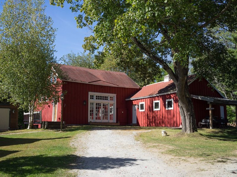 19th c. Renovated Barn in the Berkshires, aluguéis de temporada em Williamstown