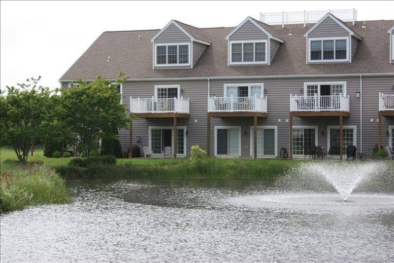 LUXARY TH, 2 Master Suites, Sleeps 10, Pool, East of Rt 1, Walk or Bike to Beach, location de vacances à Rehoboth Beach