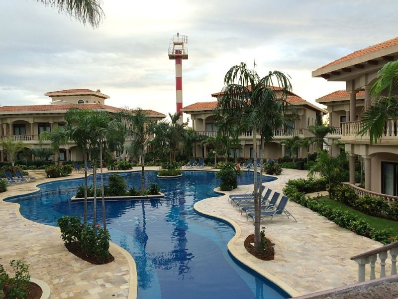 *Brand New Luxurious 2 Bed / 2 Bath Condo In West Bay at  - Wahoo's Roatan*, Ferienwohnung in West Bay