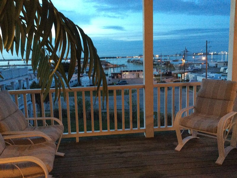 A beautiful Ocean side/Sound side view 3 BR 3.5 baths cottage at Atlantic Beach, vacation rental in Atlantic Beach