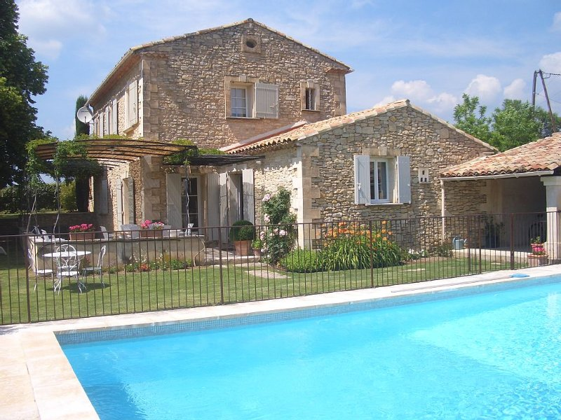 Provencal Stone House with a Large Private Heated Pool, Phone and free WI-FI, location de vacances à Vaucluse