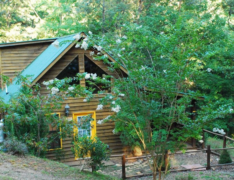 Bumble Bee Hide-a-Way Peaceful Smoky Mountain Retreat w/Hot Tub, vacation rental in Murphy