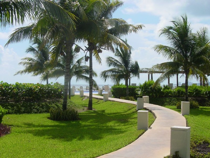 Oceanfront Condo Overlooking Gardens & Ocean, holiday rental in Cancun