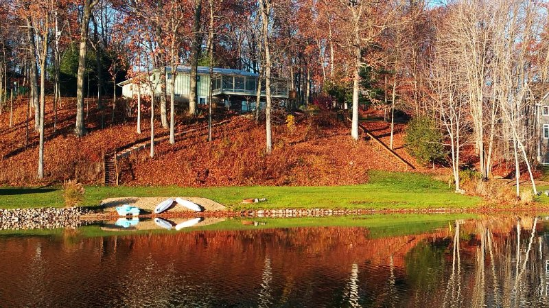 Secluded Lake Retreat, aluguéis de temporada em Hickory Corners