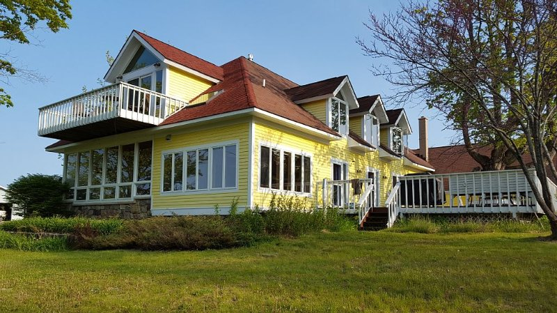 Spacious And Peaceful Retreat On Grand Traverse Bay! Large Deck/Firepits/Beach, casa vacanza a Omena
