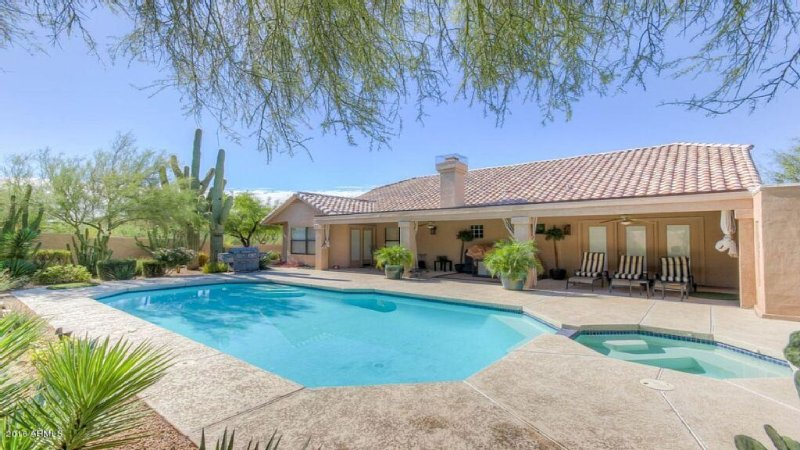 ��Designer Decorated with Large Saltwater Pool/Spa��Spacious Lovingly Appoin, vacation rental in Cave Creek