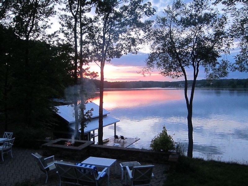 Expansive Waterfront Captivating Sunset Views, Ferienwohnung in Roxboro
