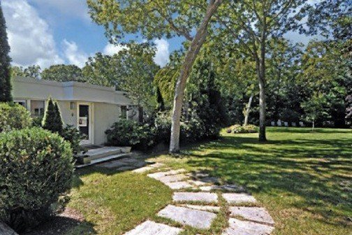 Family-friendly house, large heated pool, landscape gardens, near private beach, location de vacances à East Hampton