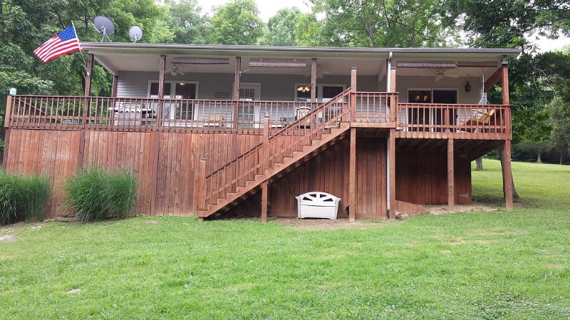One of the most gentle slopes on Rough River Lake, holiday rental in Clarkson