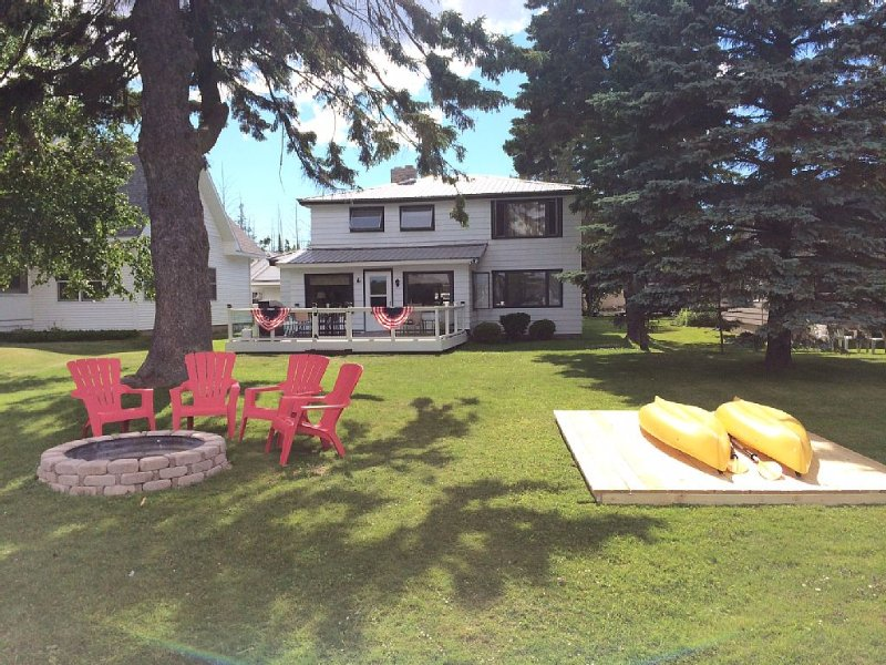 Beautiful Lake front Cottage- sleeps 12 minutes from Petoskey,Harbor Springs, vacation rental in Bay View