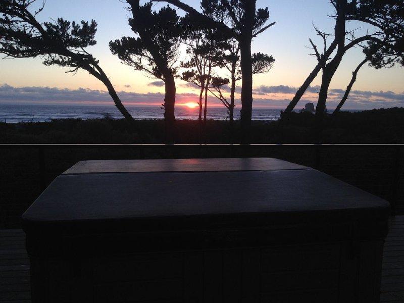 Privater Whirlpool für 6 Personen auf dem Hauptdeck mit spektakulärem Blick auf das Meer und den Sonnenuntergang.