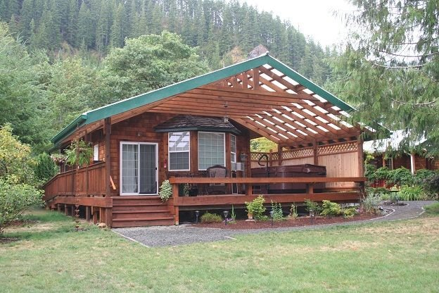 A River Runs Through It #1 - Waterfront Luxury Hot Tub, Fireplace & Firepit, Ferienwohnung in Clallam County