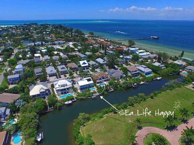 Luxury Spacious Waterfront Pool, Spa, Bar, Dock, Near Beaches, Fall $380/n, holiday rental in Anna Maria