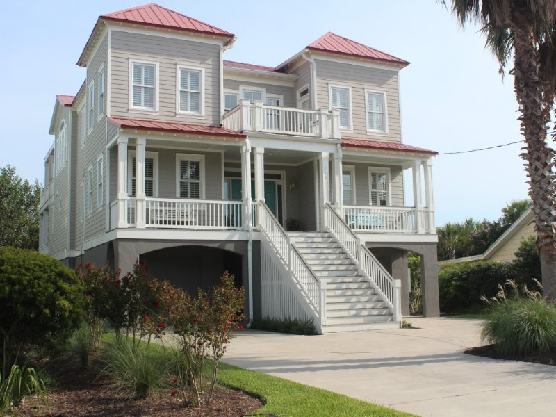 Perfect location and recently renovated!  1 block to town/beach.  Pool, elevator, alquiler de vacaciones en Isle of Palms