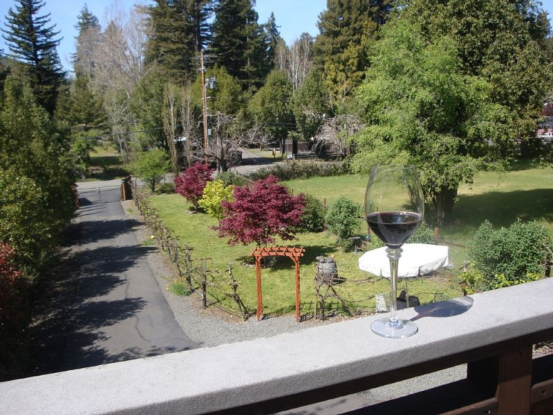 2 blocks to River-Beach-Town-Dining+Lg Deck+SPA + Kids Park/Tennis-Coast 12 mile, location de vacances à Guerneville
