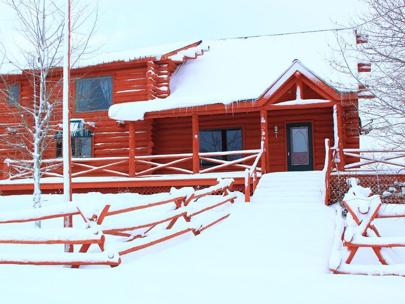Gorgeous 3 Bedroom Multi-Level Log Cabin With Grand Teton Views!, holiday rental in Moran
