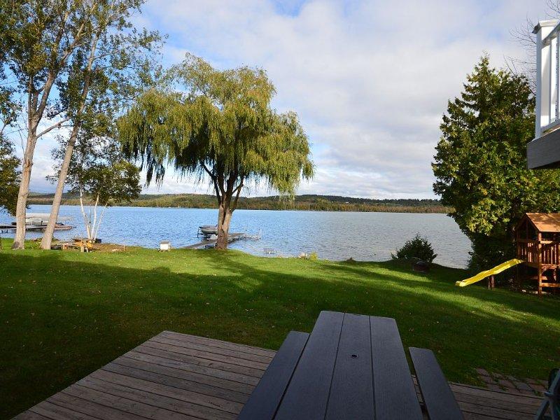 Family Friendly Lakefront Home, alquiler vacacional en Lake Leelanau