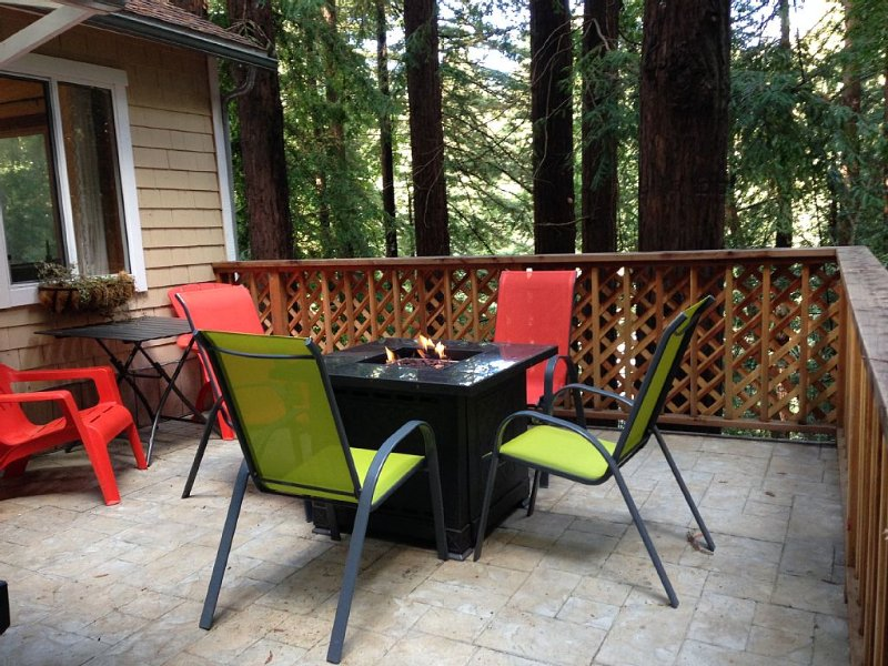 Russian River Privacy In The Redwoods - Hot tub/Fire pit table/Decks/Relaxation!, location de vacances à Occidental