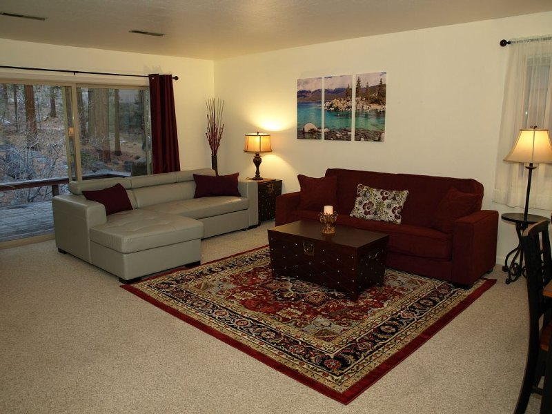 Cozy, Family-Friendly Cabin Near Diamond Peak & Snow Play Area. Pool (summer), alquiler de vacaciones en Lago Tahoe