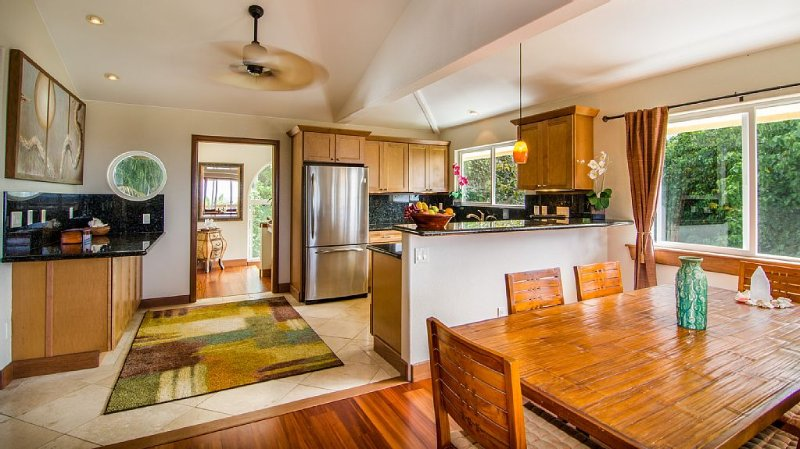 Luxuriously Appointed Bali Temple Has 160 Degree Ocean Views!, vacation rental in Pahoa