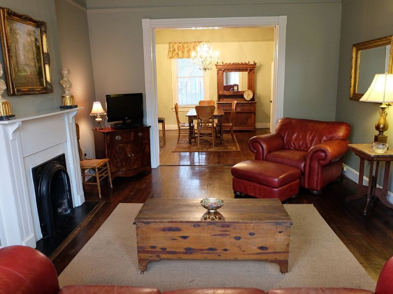 A True Gem! Fabulous Antiques : Hospitable Hosts : Private Parking For 2 Cars!!, alquiler de vacaciones en Savannah