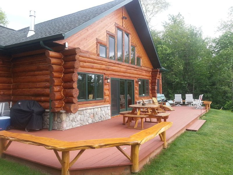 Custom Waterfront  full  Log Home State Licensed, holiday rental in Upson