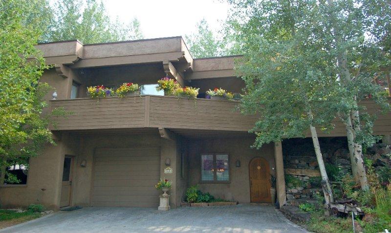 CUSTOM HOME ON BIKE PATH/WALK TO GONDOLA & TOWN, vacation rental in Ketchum