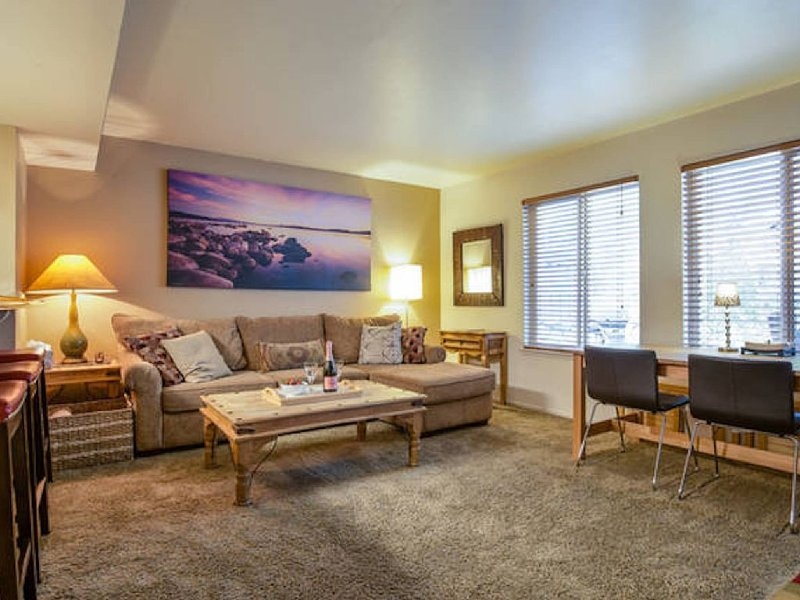 Amazing Upscale Condo w/ Pool, Hottub, Tennis, 65' HD TV, WiFi, walk to town ..., alquiler de vacaciones en Tahoe City