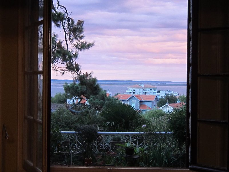 Spacious Condo/apartment With View Of Arcachon Bay, holiday rental in Arcachon